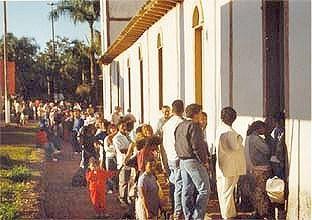 Foto: Silvana Nascimento. Fila para beijamento da imagem do Divino Pai Eterno, na Igreja velha, Trindade, 1998