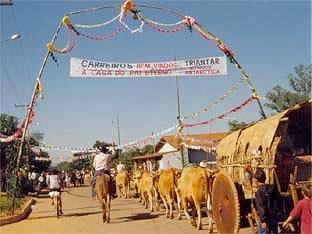 Foto: Silvana Nascimento. Entrada paraTrindade - Romeiros de Mossâmedes na entrada do santuário de Trindade,1998