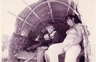Foto: Silvana Nascimento. Crianças dentro do carro de bois, a caminho de Trindade, 1997